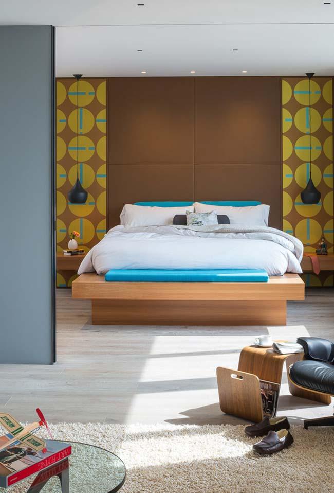 Decoração de quarto de casal com painéis coloridos