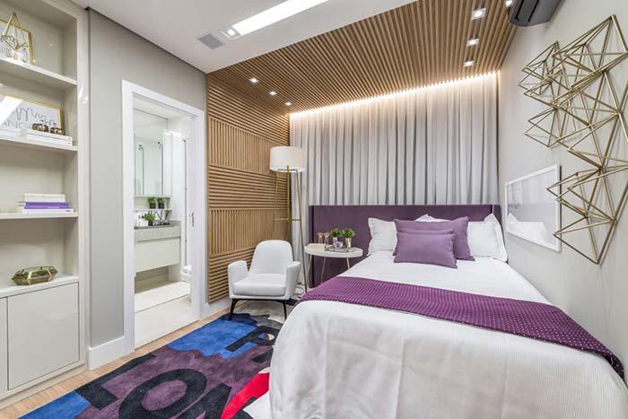 Cores para quarto com roxo, branco e madeira