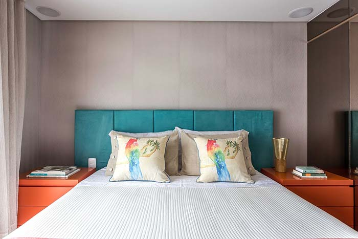 Laranja e azul turquesa na decoração do quarto