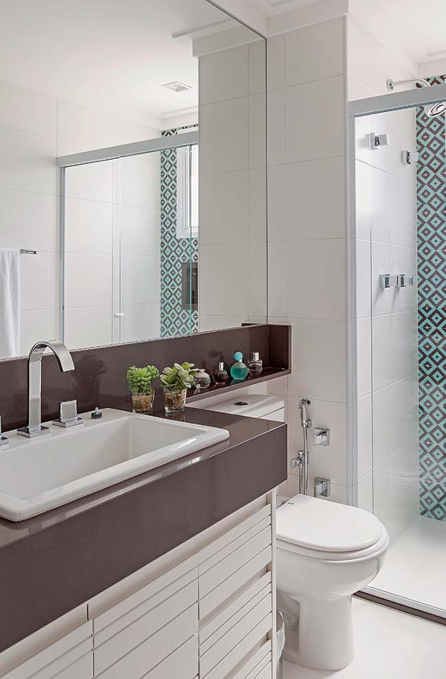 Contraste entre o branco e o granito marrom absoluto da bancada do banheiro
