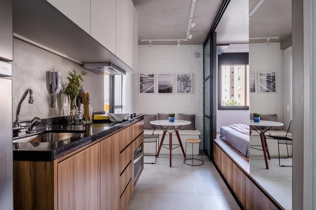 Cozinha branca realça a pedra marrom da bancada