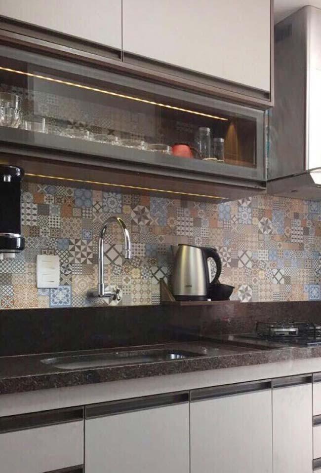 Cozinha escura com móvel branco e granito marrom Castor