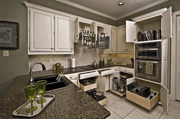 Cozinha branca clássica com bancada feita em granito marrom castor