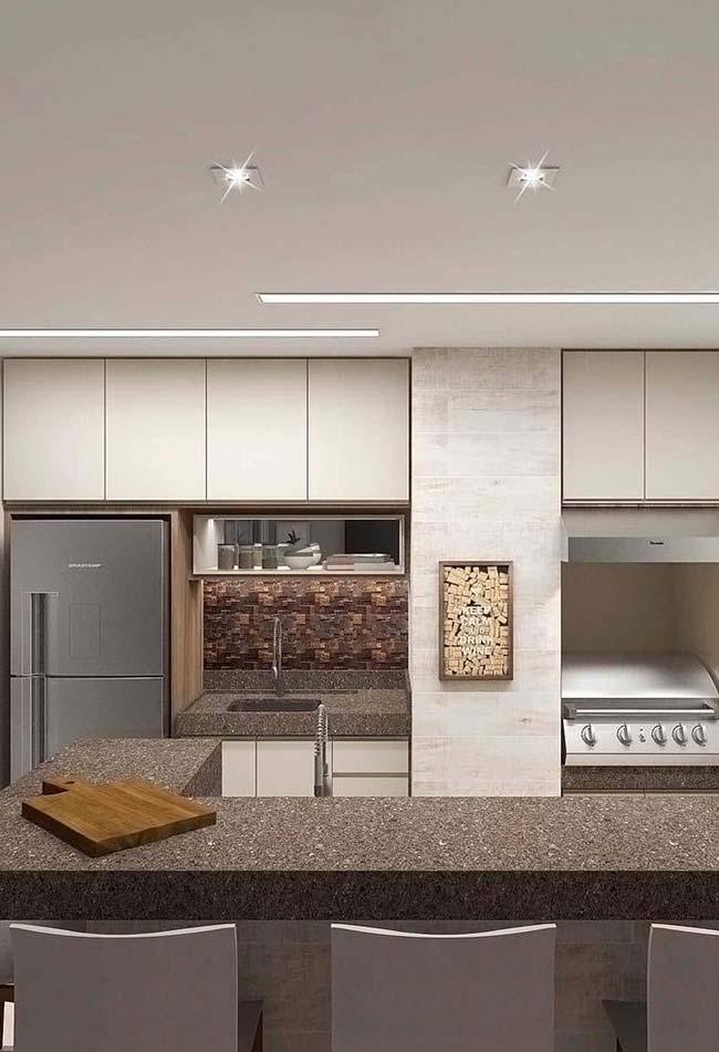 Cozinha clara com bancada em granito café imperial