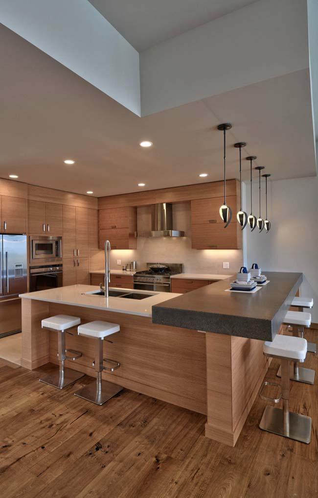Cozinha de madeira com granito marrom imperial