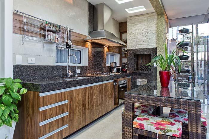Cozinha rústica com bancada em granito marrom