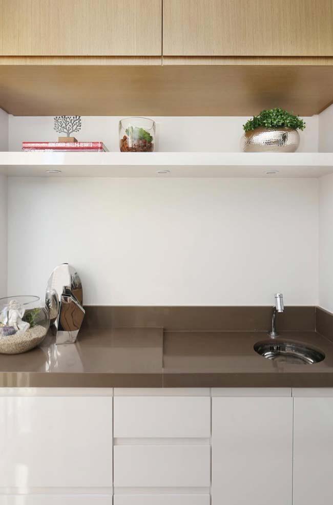 Cozinha branca com granito marrom absoluto