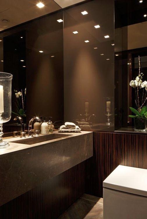 Banheiro luxuoso feito em granito marrom tabaco