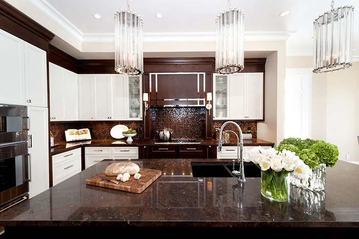 Elegância e sofisticação dessa cozinha fica por conta do granito marrom tabaco