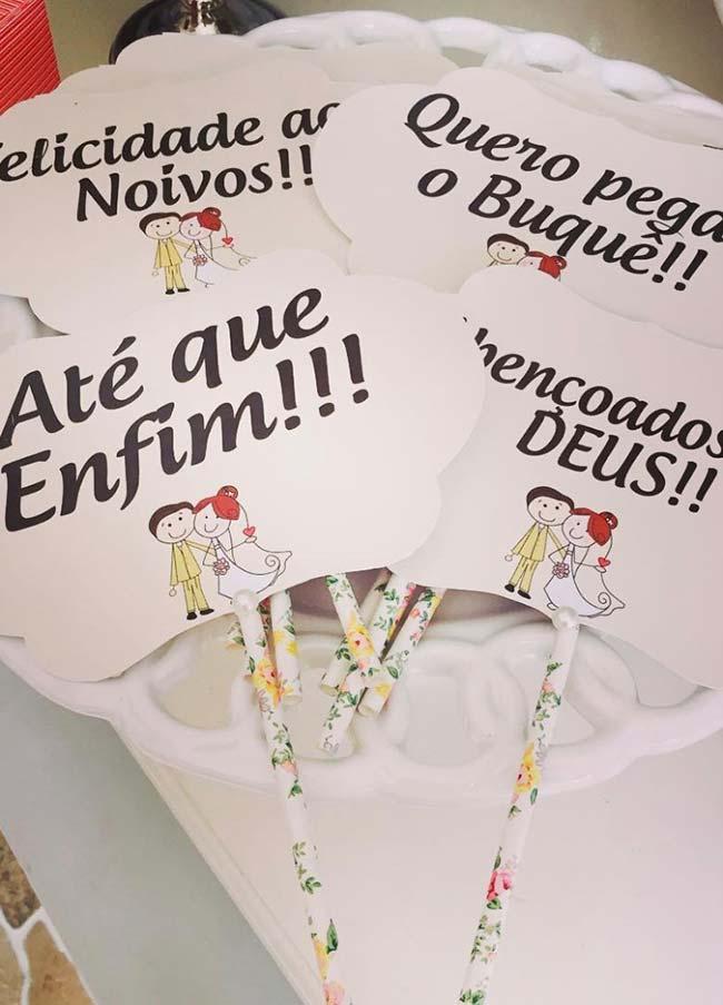 Figura de noivinhos acompanham as plaquinhas desse casamento