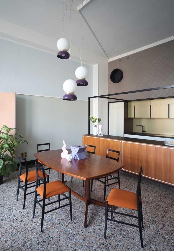 Móveis de madeira também podem compor uma cozinha luxuosa