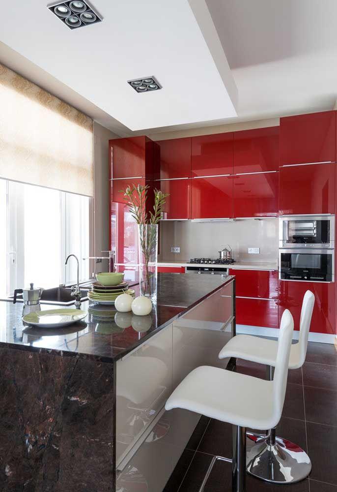 A cozinha fica ainda mais bonita se você investir em móveis com cores fortes