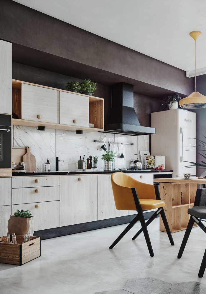 Investir em alguns móveis diferentes pode ser uma ótima opção para dar um toque especial na cozinha