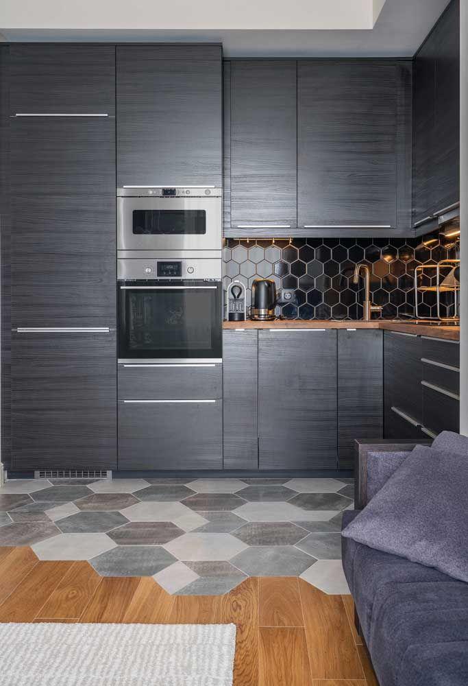 Que tal fazer um contraste entre os pisos da cozinha e da sala?