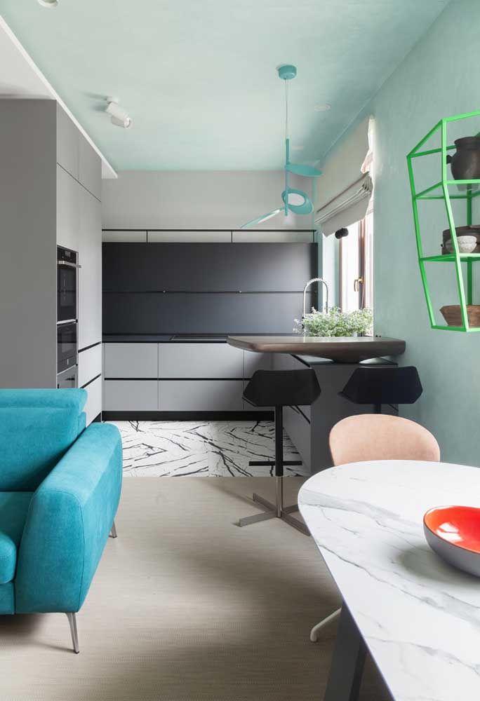 Aposte em pisos diferentes para separar a sala da cozinha