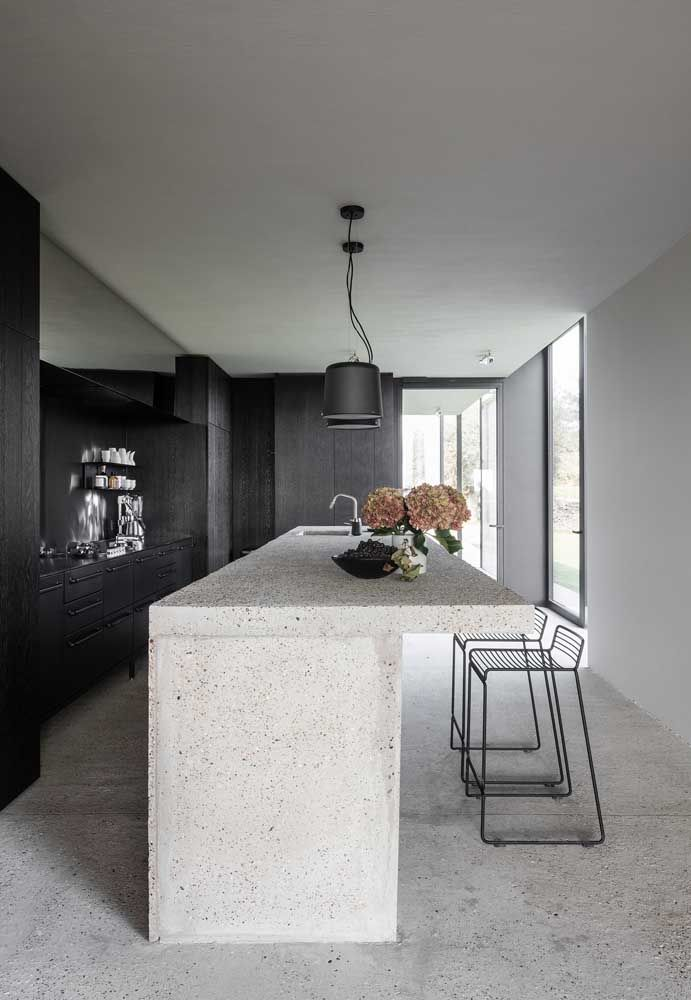 O contraste do piso, bancada e móveis deixou essa cozinha muito sofisticada