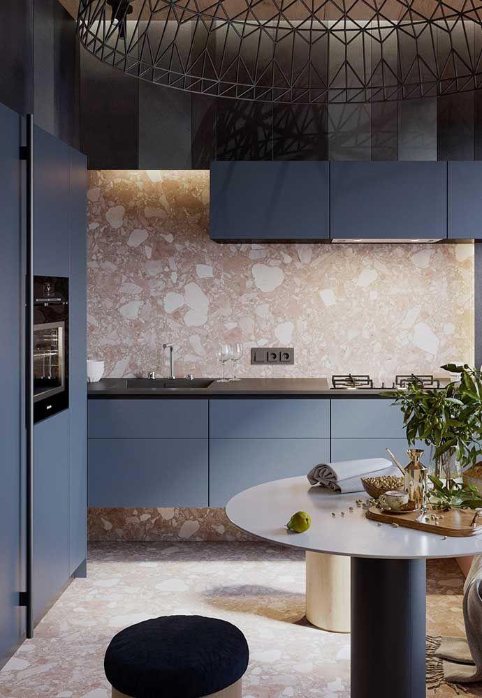 O luxo está presente do piso ao teto dessa cozinha