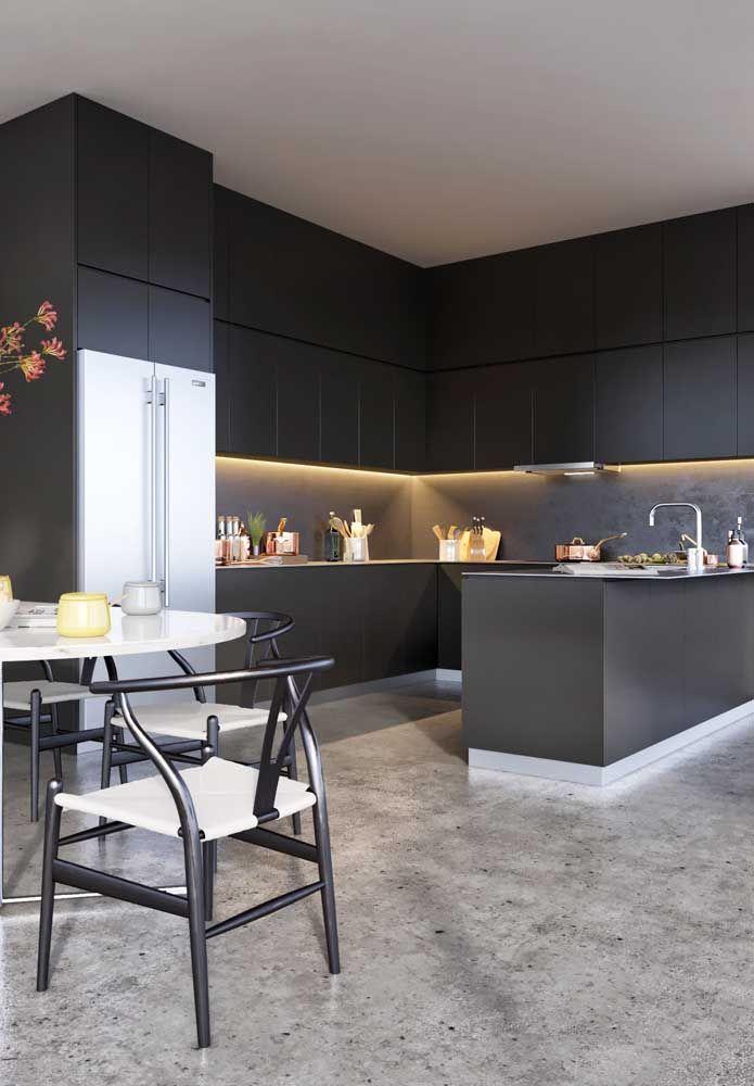A cozinha toda preta dar um ar de modernidade e luxo ao ambiente