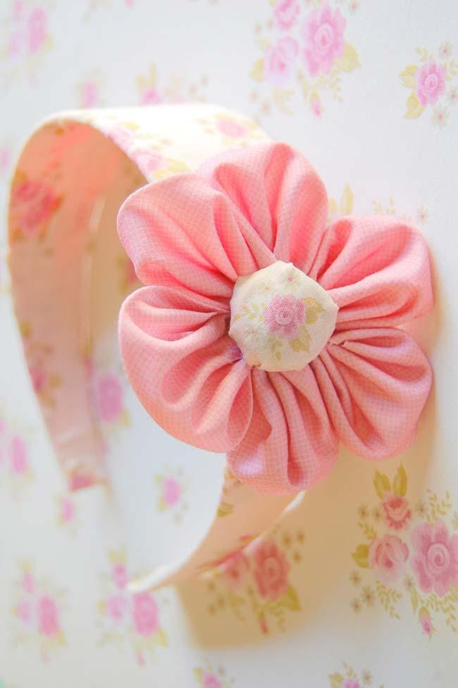 Tiara de cabelo com flor de fuxico