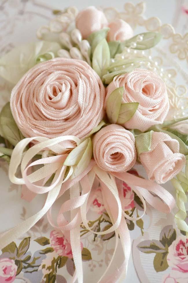 Rosas de tecido enrolado