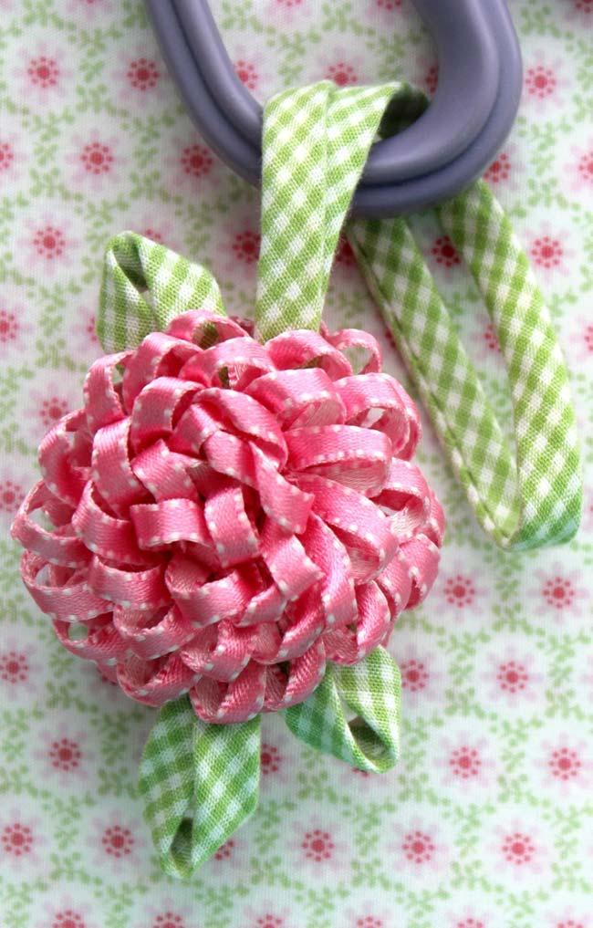 Linda flor de tecido com fita de cetim