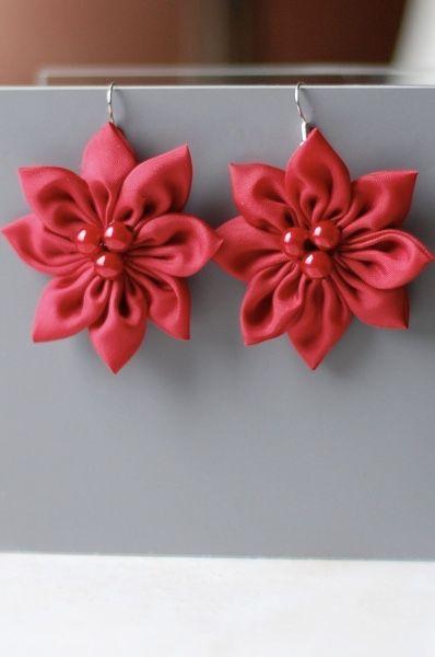 Brincos delicados com flores de tecido