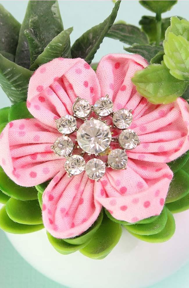 Flor de fuxico com aplicação de cristais