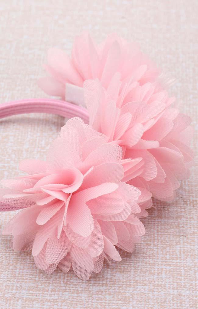 Três flores de tecido sobrepostas