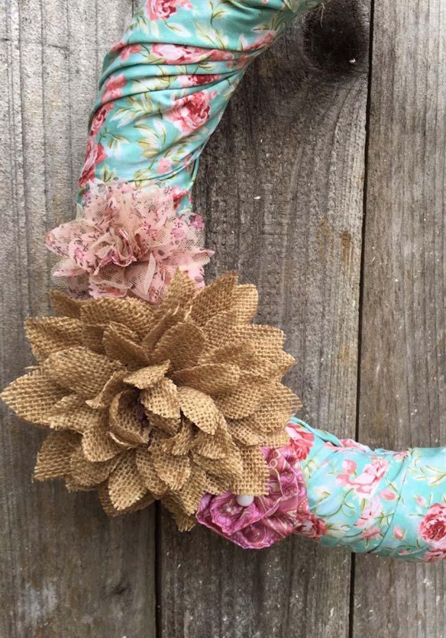 Guirlanda rústica com flores de tecido