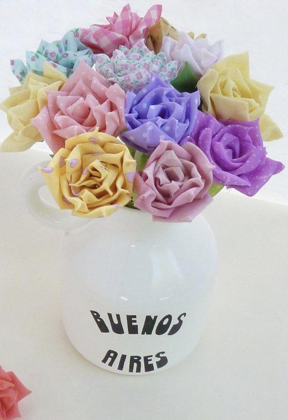 Vaso de rosas de tecido