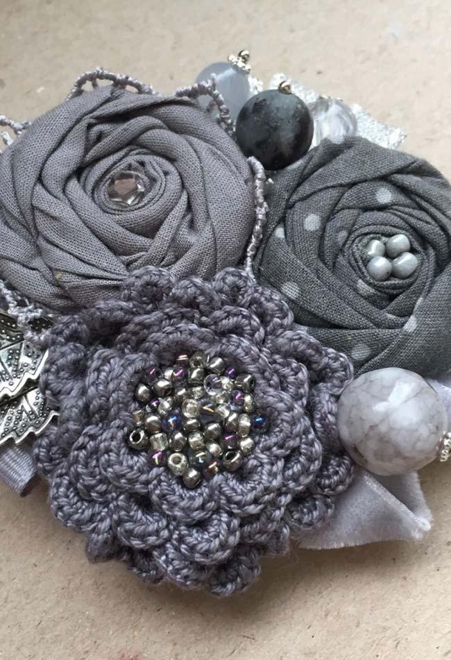 Flores cinzas feitas em tecido e tricô