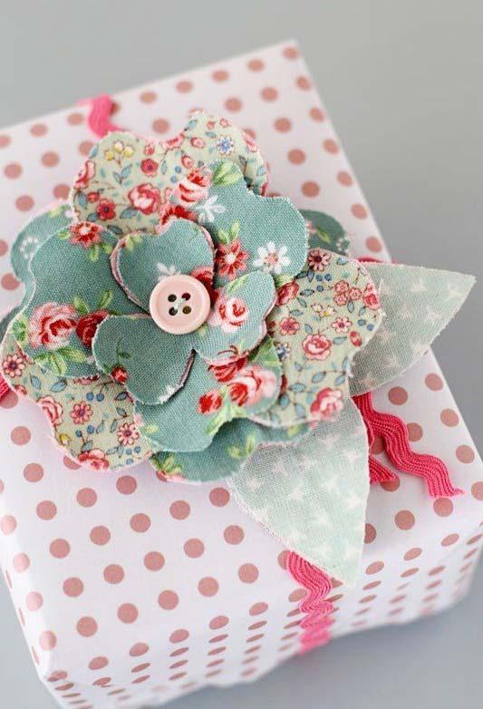 Flor de tecido cheia e volumosa