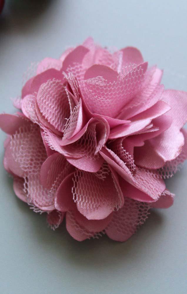Flor de tecido com pétalas em formato de coração