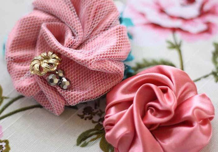 Flor de cetim em formato de redemoinho