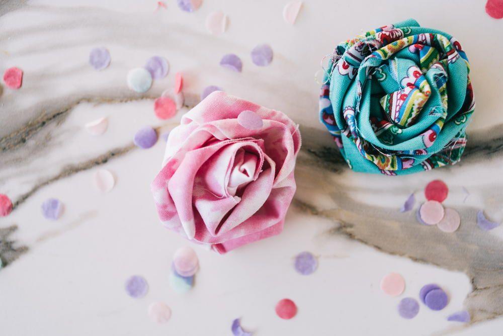 Mini rosas de tecido para incrementar a decoração