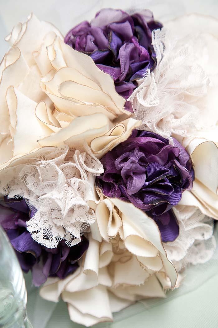 Arranjo com flores de tecido