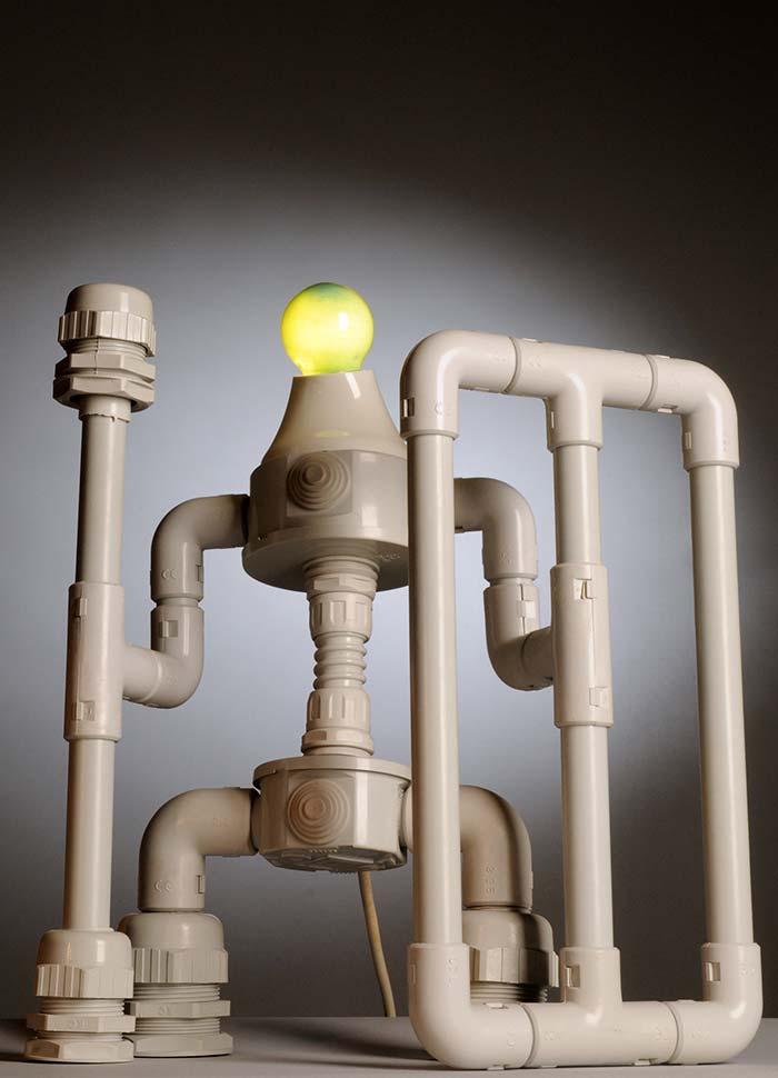 Imaginação sem limites: um robô luminária de PVC