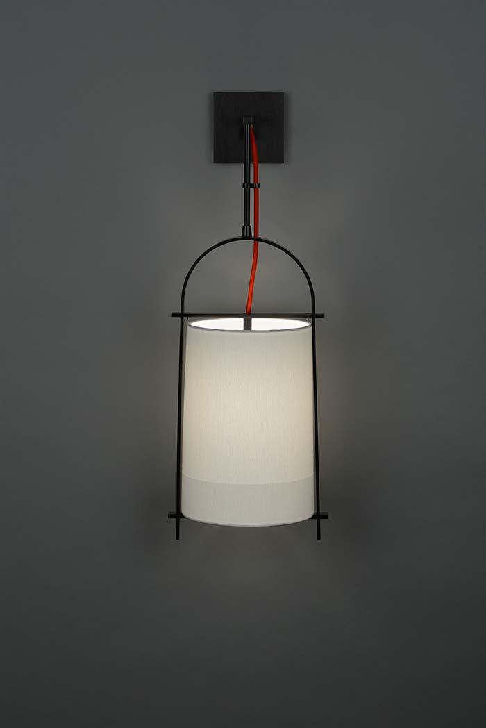 Fio vermelho a mostra na luminária de PVC