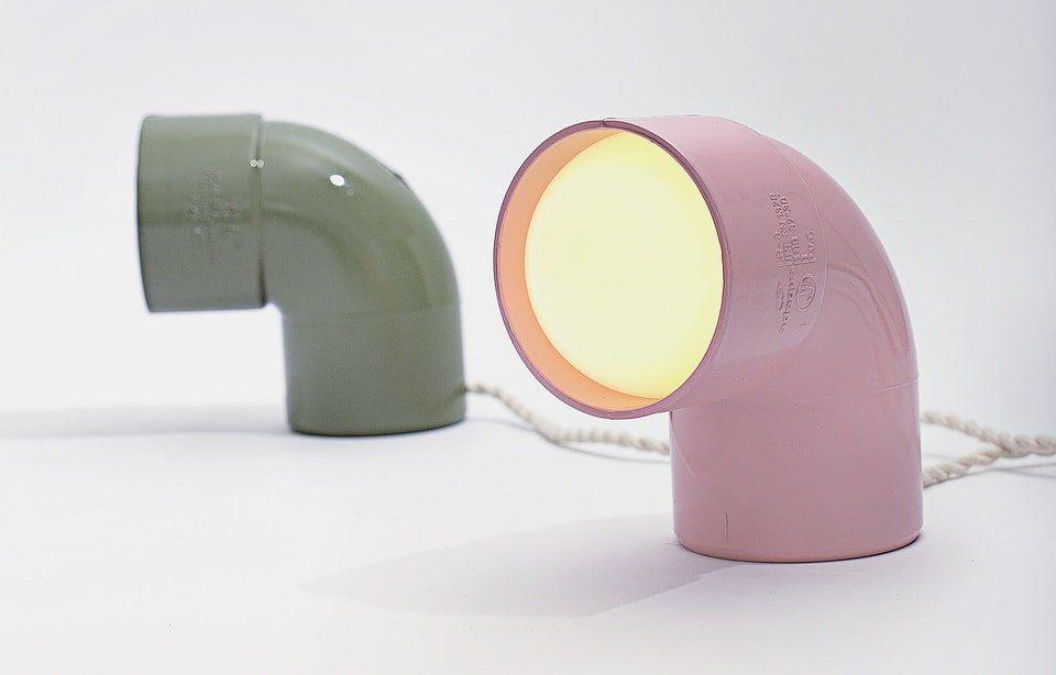 Cotovelo de PVC também pode ser usado para a criação de luminárias