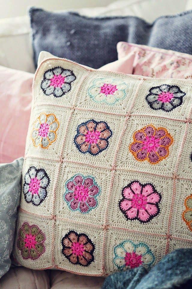 Capa de almofada de crochê feita com squares de flores