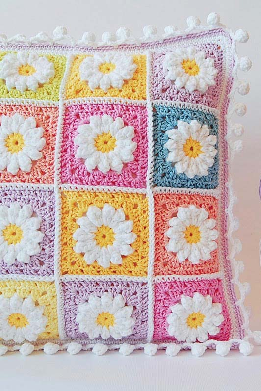 Capa de almofada de crochê com squares de margaridas