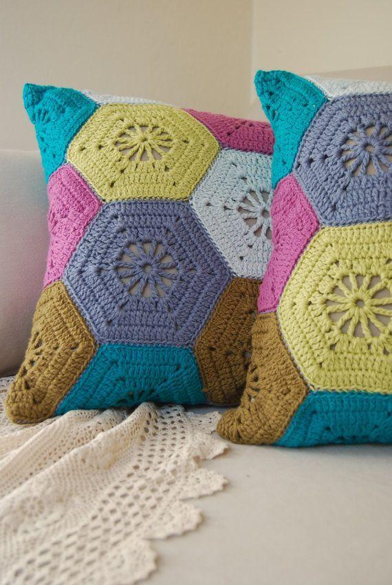 Hexágonos coloridos para capa de almofada de crochê