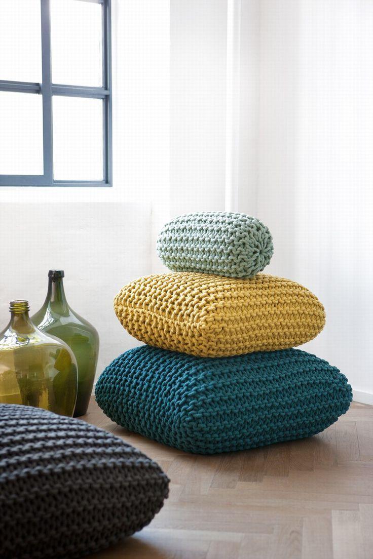 Conjunto de três almofadas feitas com a técnica do maxxi crochê