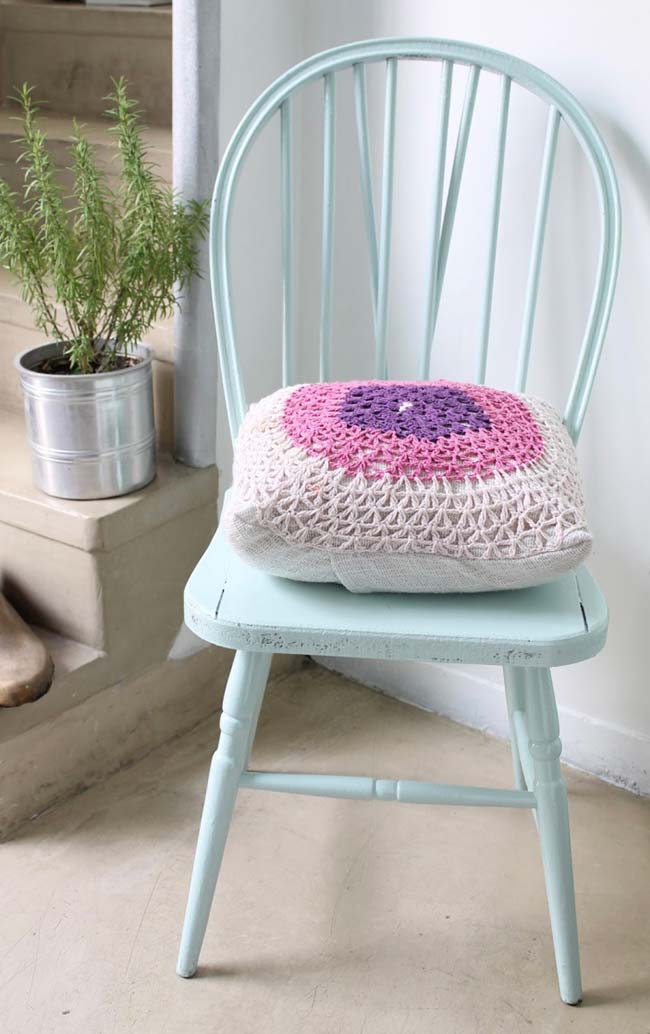 Capa de almofada de crochê feita com pontos bem abertos