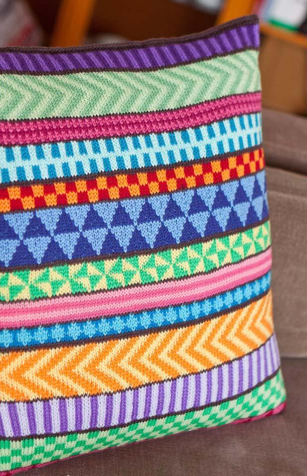 Formas diferentes na capa de almofada de crochê