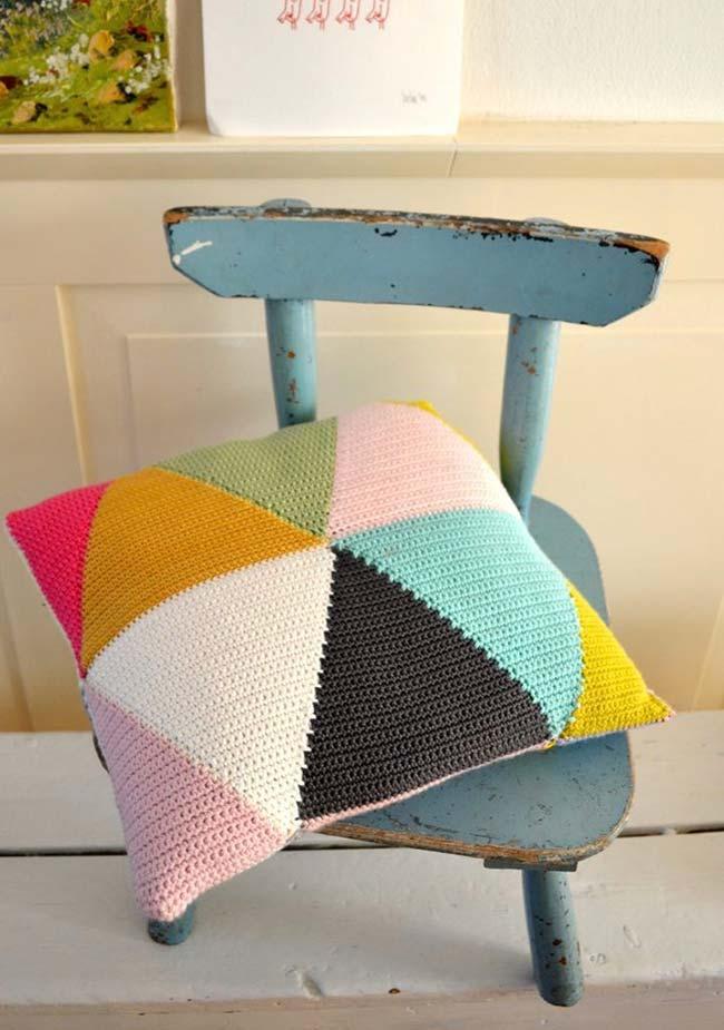 Capa de almofada de crochê feita com triângulos coloridos