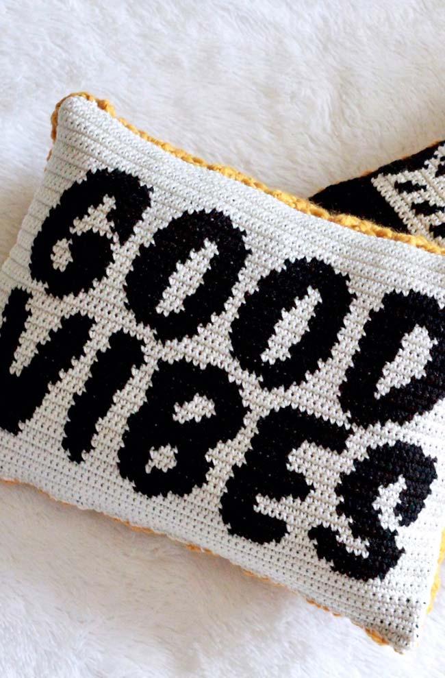 Capa de almofada de crochê com frases