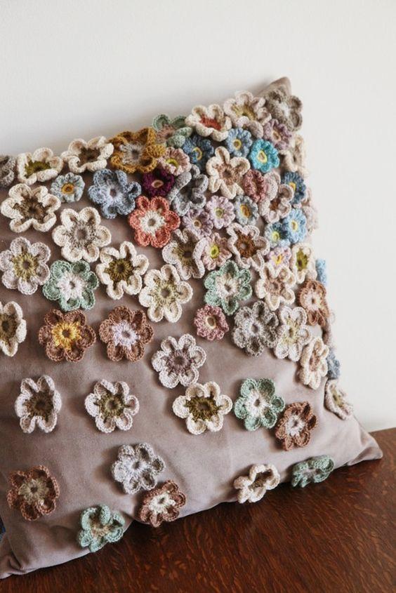 Capa de almofada com flores de crochê aplicadas