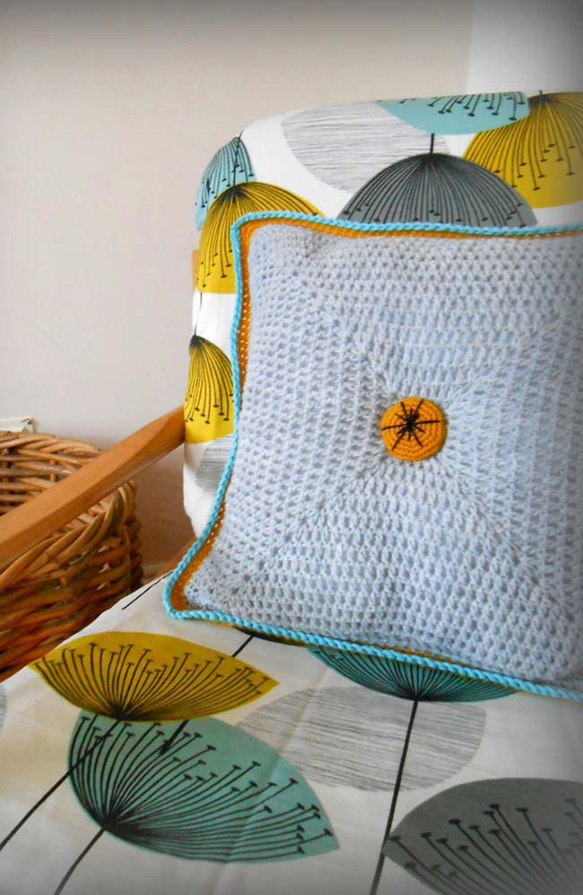 Capa de almofada combinando com as cores do sofá