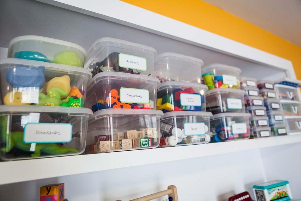 Use prateleiras e caixas para organizar brinquedos
